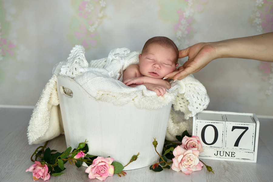 Babyfotografie bedeutet auch einfach gemütlich und entspannt im Körbchen liegen. In meinem Studio in Hanau habe ich viele Accessoires und Hintergründe.
